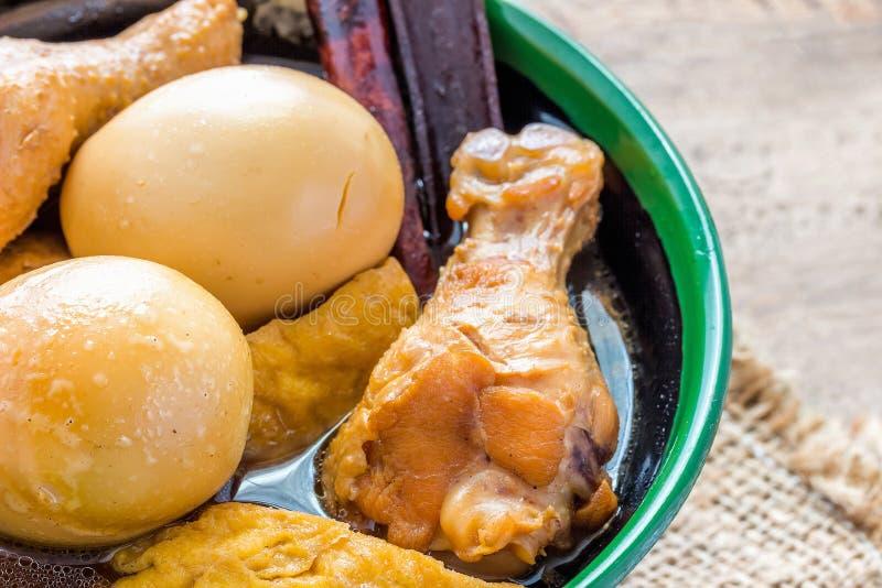 Le poulet cuit eggs dans la sauce au jus dans une tasse photos stock