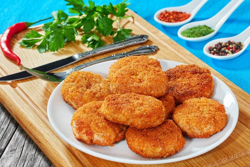 Le poulet délicieux juteux, porc, boeuf a pané des côtelettes sur le pla blanc photos stock