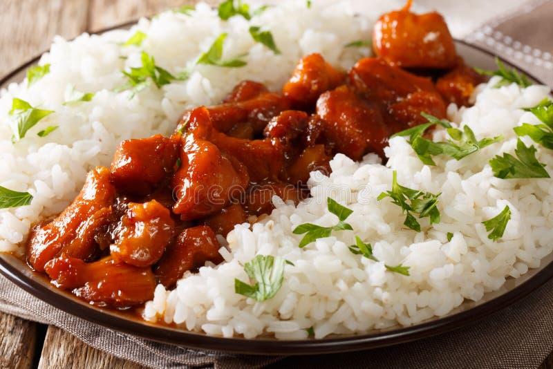 Le poulet de Bourbon en sauce épicée avec le whiskey a servi avec du riz dessus photographie stock libre de droits