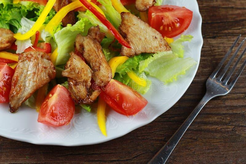le poulet de cuvette de fond a isolé le blanc de salade de riz de parties de pêche de persil photographie stock libre de droits