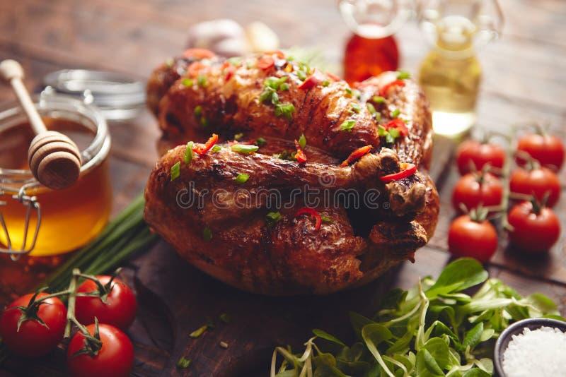 Le poulet entier ou la dinde rôti a servi avec les pepers et la ciboulette de piments photo libre de droits