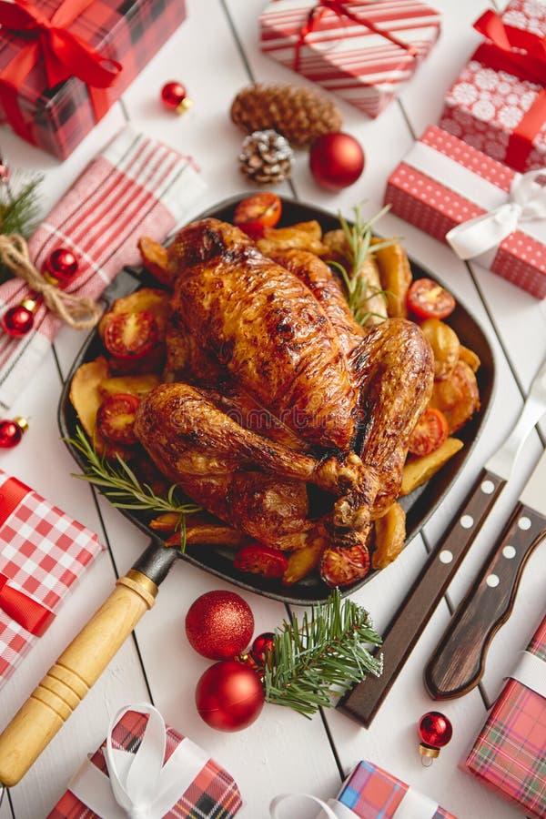 Le poulet entier ou la dinde rôti a servi dans la casserole de fer avec la décoration de Noël photos stock