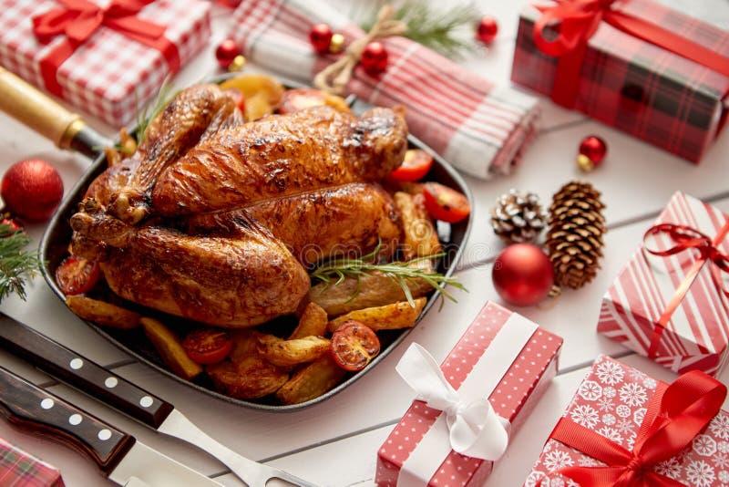 Le poulet entier ou la dinde rôti a servi dans la casserole de fer avec la décoration de Noël image libre de droits