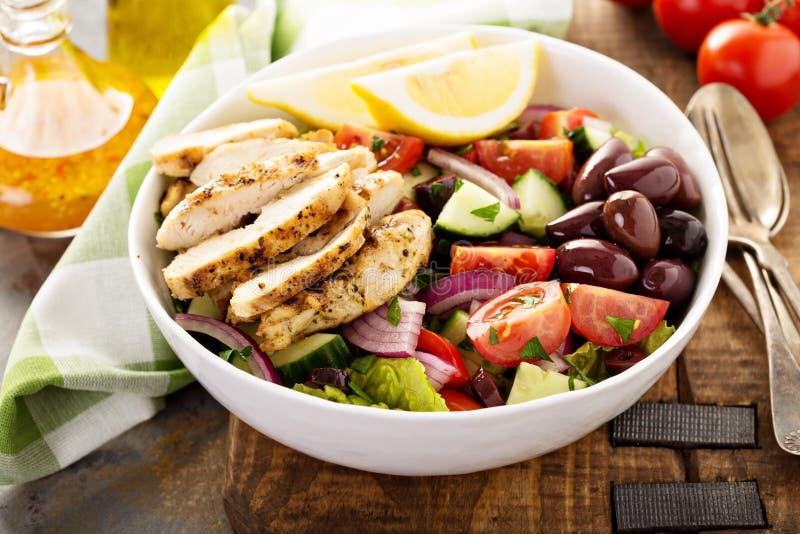 Le poulet et les légumes frais grillés ont coupé la salade images stock