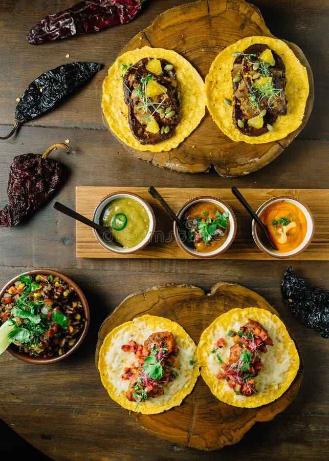 Le poulet et le Tacos grillés de Foie Gras ont servi sur le hachoir en bois avec différentes sauces et le Mexicain a séché le pim images libres de droits