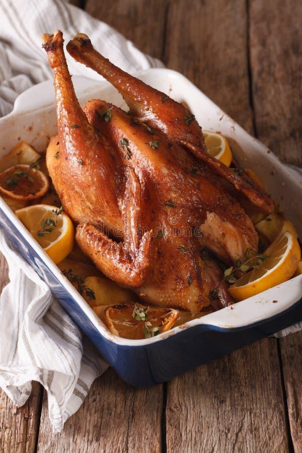 Le poulet fait maison de citron avec des herbes a fait le plan rapproché cuire au four vertical photos stock