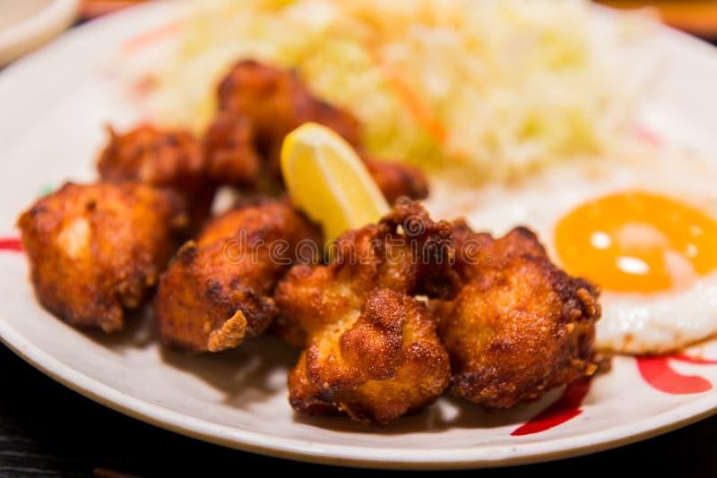 Le poulet frit et l'oeuf ont fait frire du plat blanc photo stock
