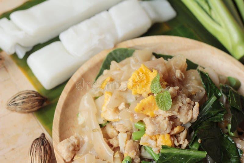 Le poulet rôti de nouille de riz d'émoi est délicieux photo stock