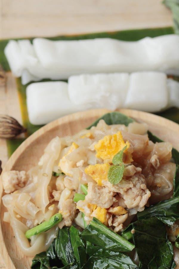 Le poulet rôti de nouille de riz d'émoi est délicieux images stock