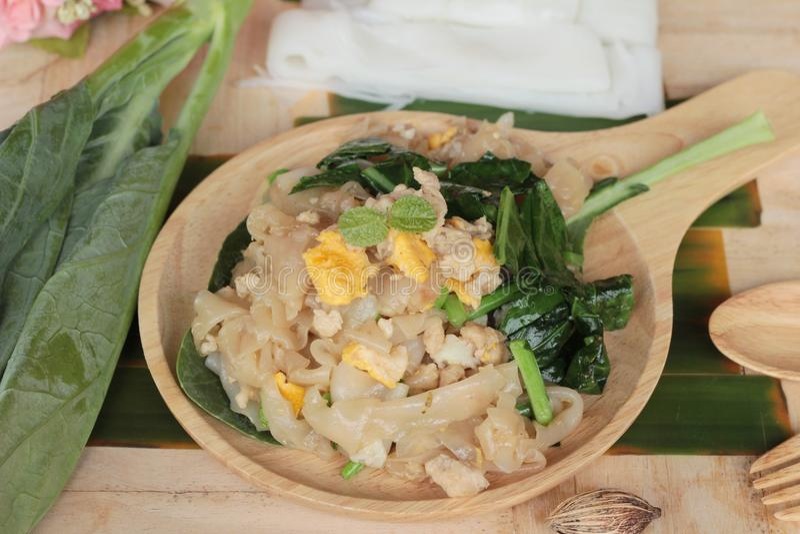 Le poulet rôti de nouille de riz d'émoi est délicieux photographie stock