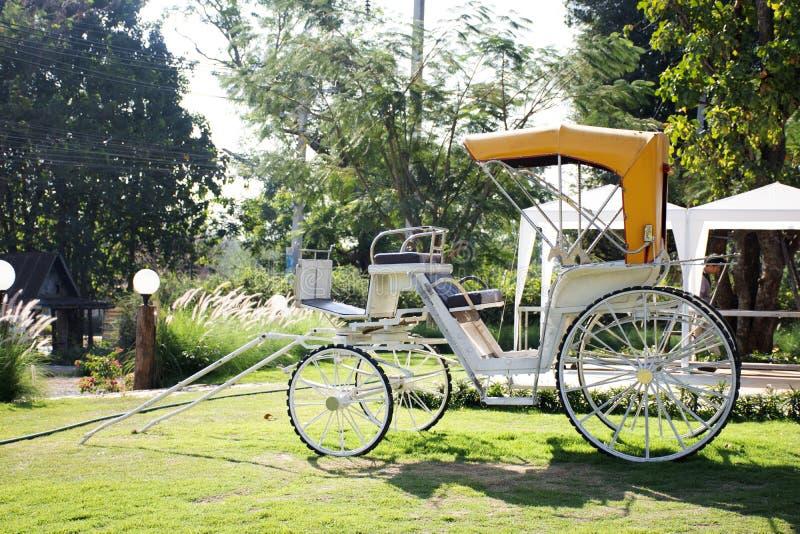 Le pousse-pousse classique de bicyclette de cru à extérieur pour les personnes thaïlandaises et les voyageurs visitent et prennen photo libre de droits
