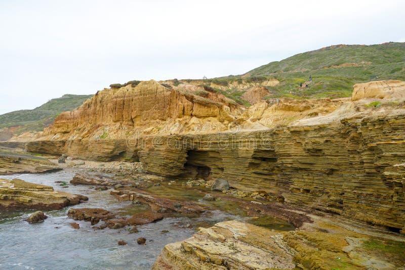 Le pozze di marea del Point Loma Strati di roccia nell'arenaria di area di pozza di marea, parte del Cabrillo Monume nazionale fotografia stock libera da diritti