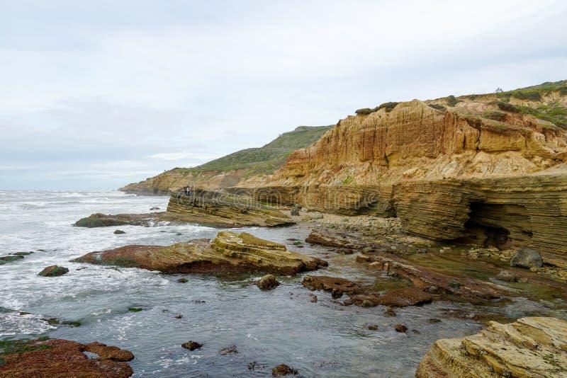 Le pozze di marea del Point Loma Strati di roccia nell'arenaria di area di pozza di marea, parte del Cabrillo Monume nazionale immagini stock