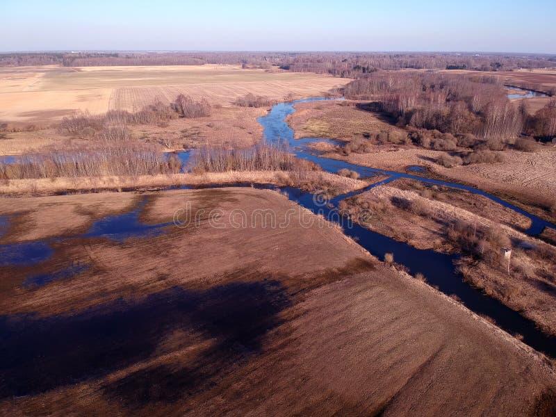 Le pré tôt de ressort près de la rivière et l'eau inondent, vue aérienne photographie stock libre de droits