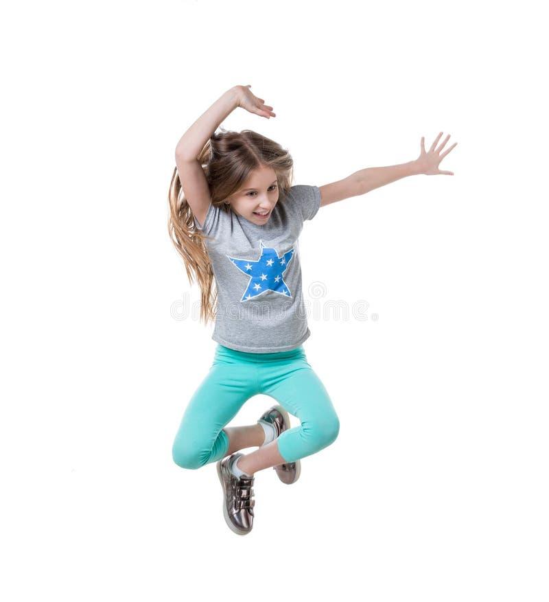 Le préadolescent sautant et appréciant son temps, d'isolement image libre de droits