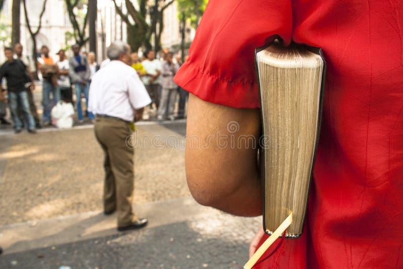 Le prédicateur évangélique d'homme explique le ` s Word de Dieu images stock