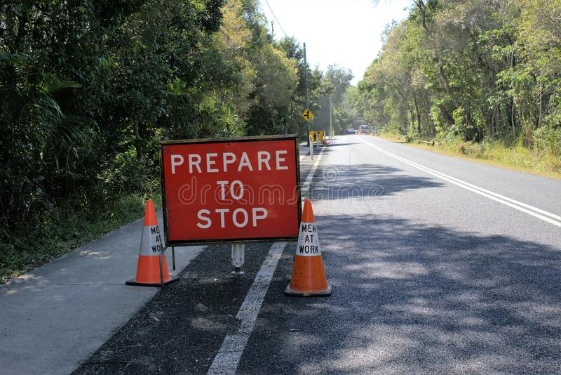 Le ` préparent pour arrêter le panneau de signe de ` pour la sécurité de conducteur sur la route image libre de droits