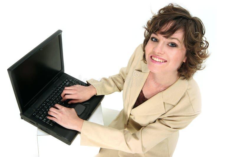 Le préposé du service de service communique au-dessus de son ordinateur portatif photos libres de droits