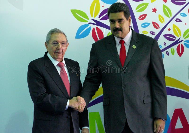 Le Président cubain Raul Castro salue le Président vénézuélien Nicolas Maduro photos libres de droits