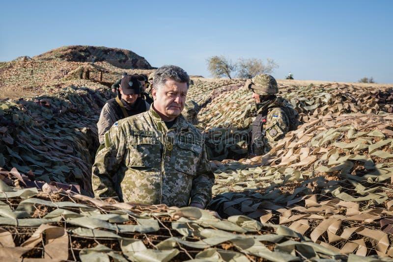 Le président de l'Ukraine Petro Poroshenko a inspecté le fortificatio images stock