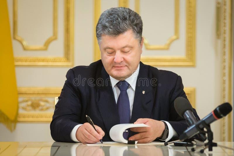 """Le Président Poroshenko a signé la loi de l'""""On de l'Ukraine le PO national photographie stock"""