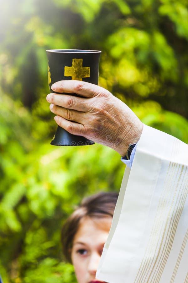Le prêtre célèbre le rite religieux chrétien photographie stock libre de droits