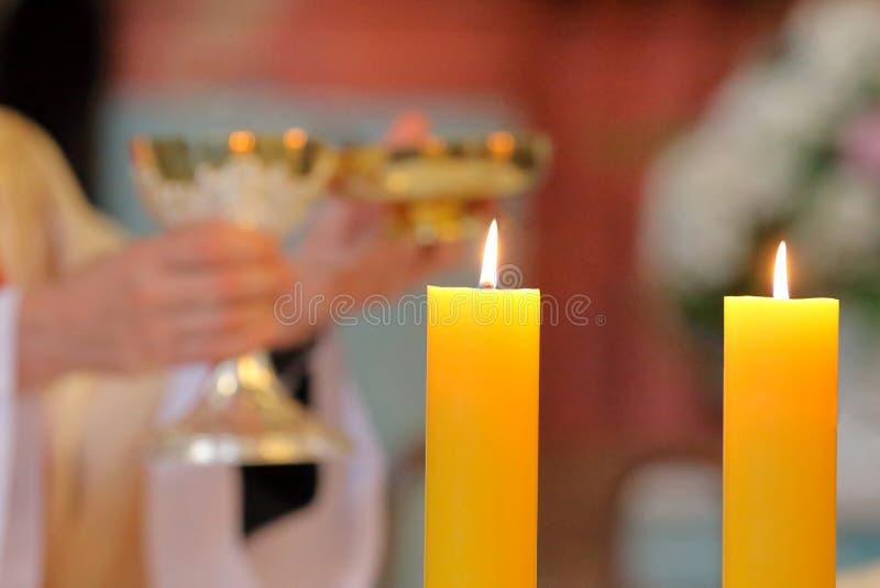 Le prêtre célèbrent la masse à l'église image stock