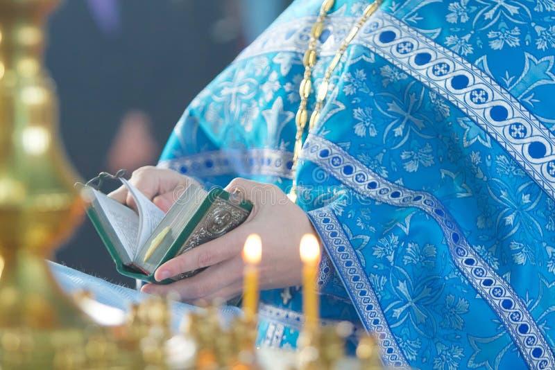 Le prêtre chrétien tenant une bible photographie stock