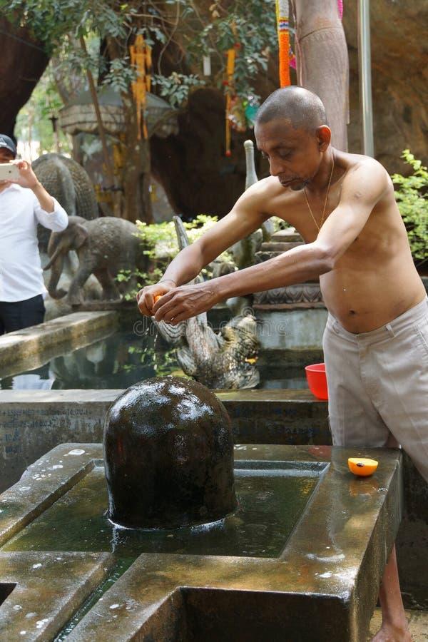 Le prêtre de Brahmin offre le puja photographie stock