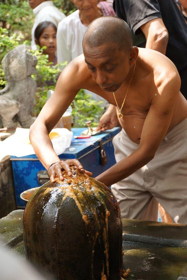 Le prêtre de Brahmin offre le puja photos stock