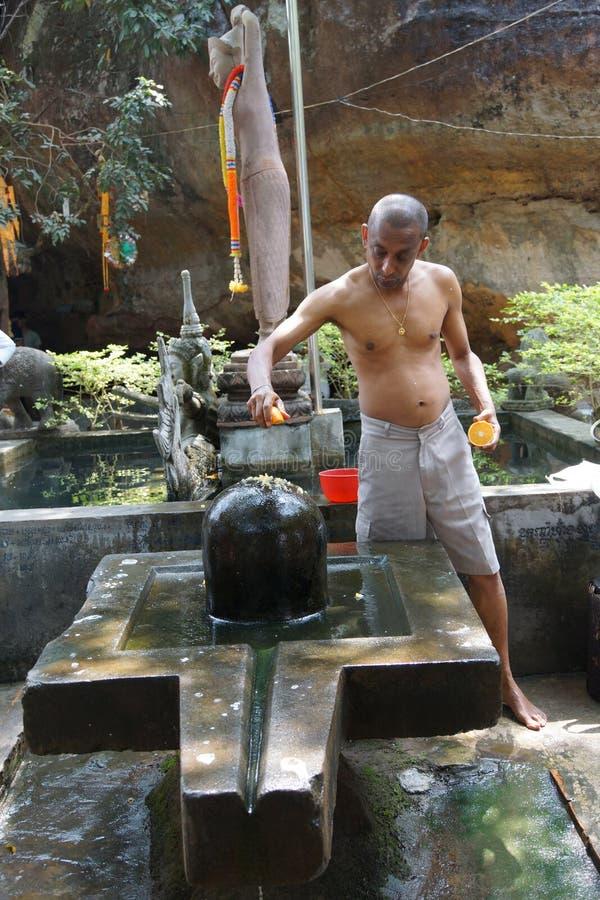 Le prêtre de Brahmin offre le puja photographie stock libre de droits
