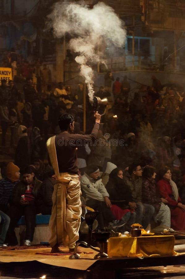 Le prêtre indien exécute la cérémonie de Ganga Aarti ou le puja religieuse du feu chez Dashashwamedh Ghat à Varanasi Uttar prades images libres de droits