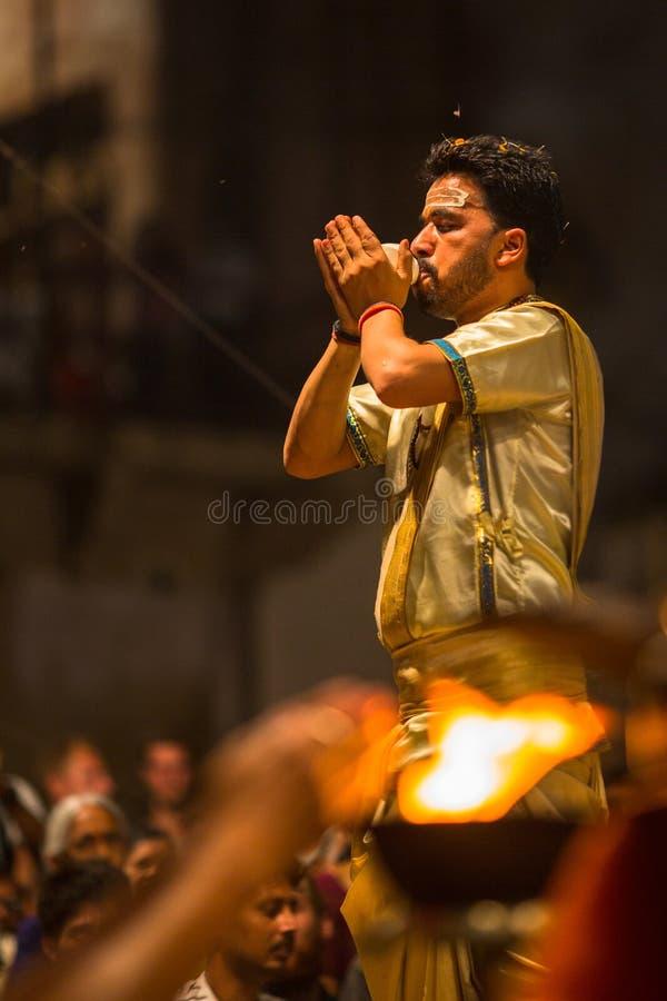 Le prêtre indou exécutent Agni Pooja Sanskrit : Culte du feu sur Dashashwamedh ghat principal et le plus ancien de Ghat - de Vara photos libres de droits