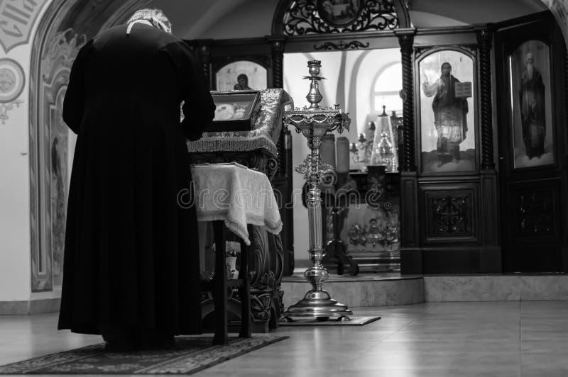 Le prêtre lit la prière photo libre de droits