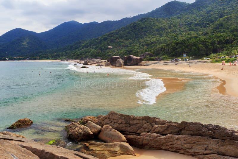Le Praia de plage font Cepilho, montagnes, Trindade, Paraty, Brésil images stock