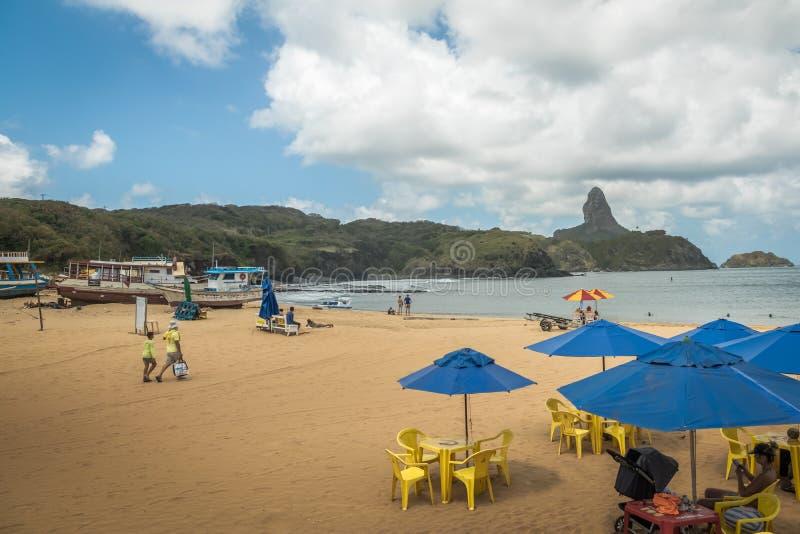 Le Praia font la plage de Porto et Santo Antonio Port avec Morro font Pico sur le backgorund - Fernando de Noronha, Pernambuco, B photos stock