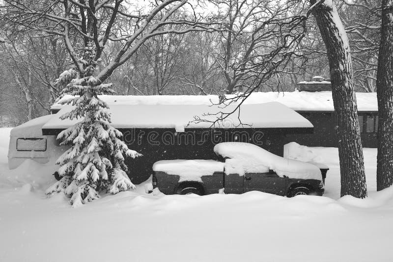 Le precipitazioni nevose dell'inverno stanno nascondendo il campeggiatore, la raccolta e la casa fotografia stock