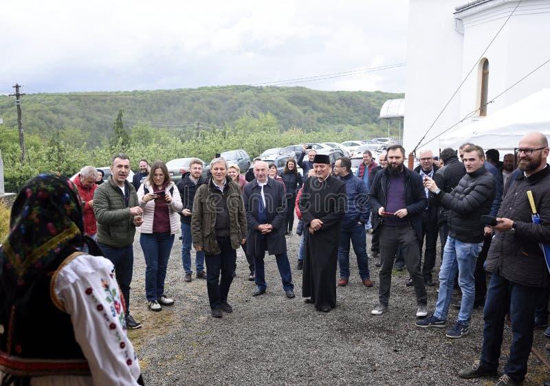Le premier ministre ex de la Roumanie Dacian Ciolos a invité au village de Badacin, pays de Salaj, Roumanie photos stock