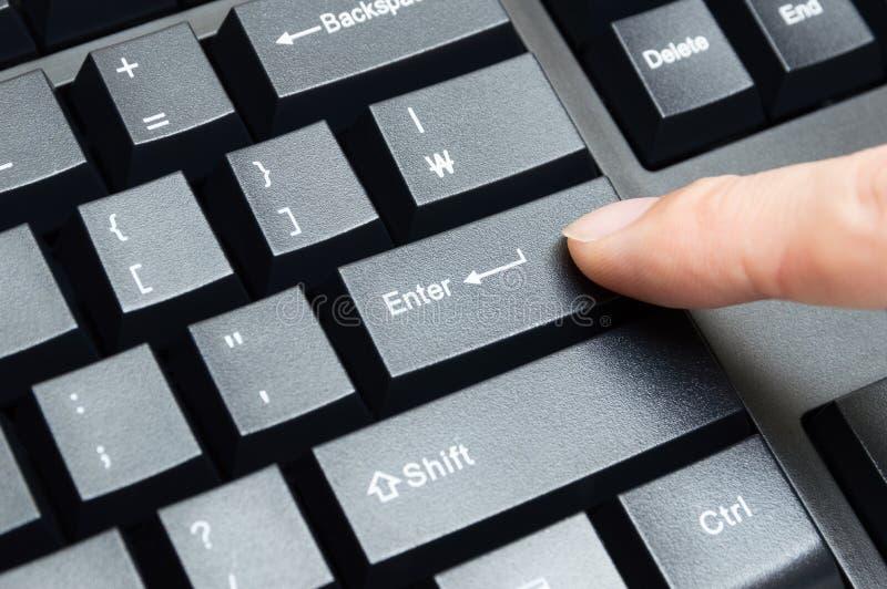 Le pressing masculin de doigt introduisent la clé photo libre de droits
