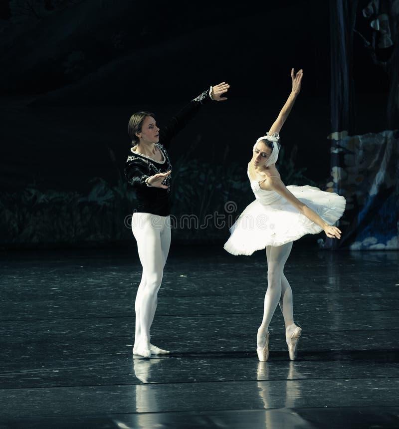 Le prince à la belle chute de cygne dans l'amour au premier lac swan de vue-ballet image stock