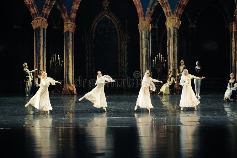 Le prince blanc russe de robe-Le de dentelle lac swan d'acte-ballet de mitzvah-Le de barre du troisième images libres de droits