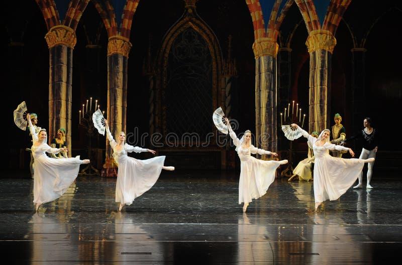 Le prince blanc russe de robe-Le de dentelle lac swan d'acte-ballet de mitzvah-Le de barre du troisième photographie stock libre de droits