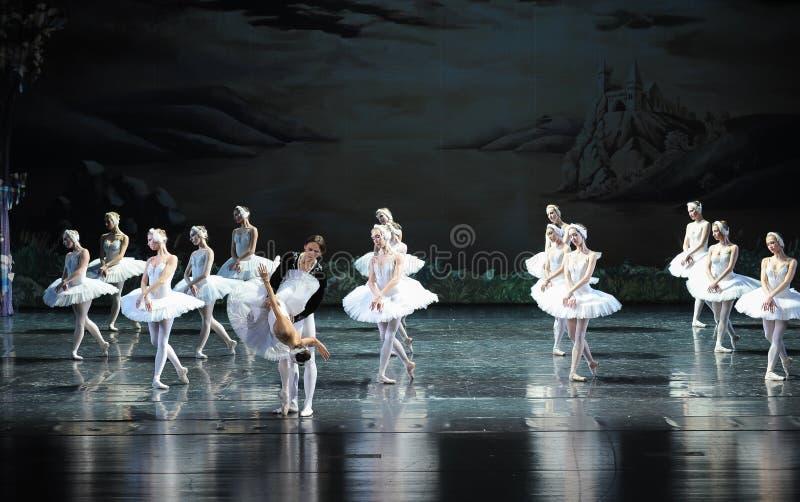 Le prince a sauvé princesse Ojta de la scène de bout de lac-Le du lac swan de Lac-ballet de cygne photo stock