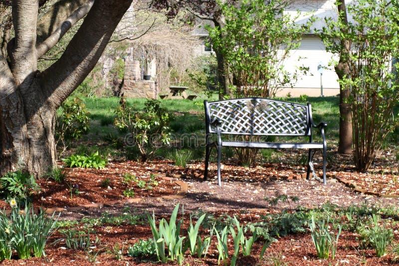 Le printemps en parc comme banc est vide photos libres de droits