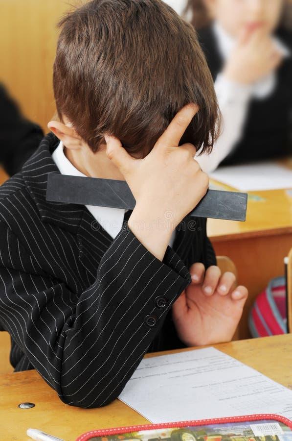 le problème d'enfant résout photo libre de droits