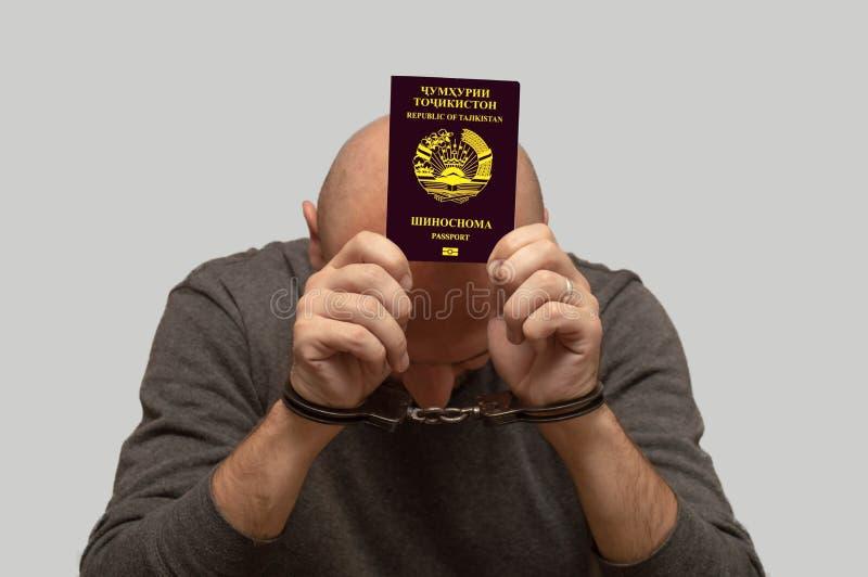 Le problème de l'immigration illégale de réfugiés du Tadjikistan, un immigrant du Tadjikistan menotté Franchissement illégal de l photos libres de droits