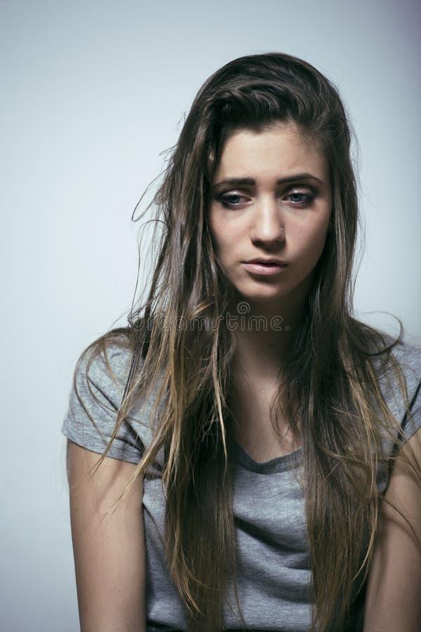 Le problème depressioned adolescent avec les cheveux salis et le visage triste image stock