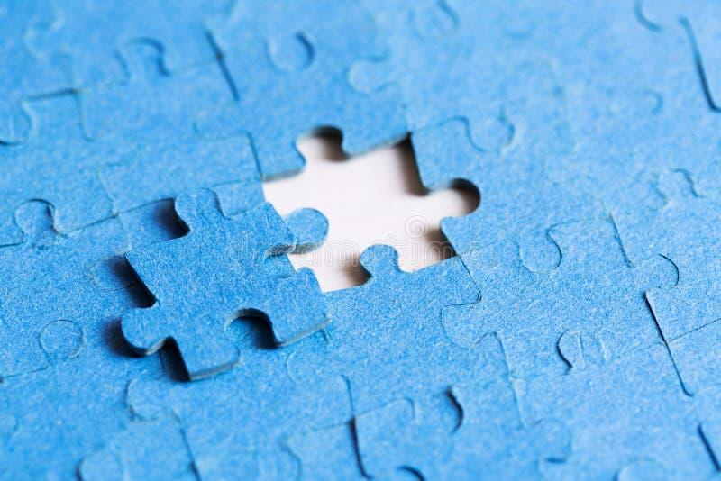 Le problème a résolu le concept - placement du dernier morceau de puzzle photographie stock