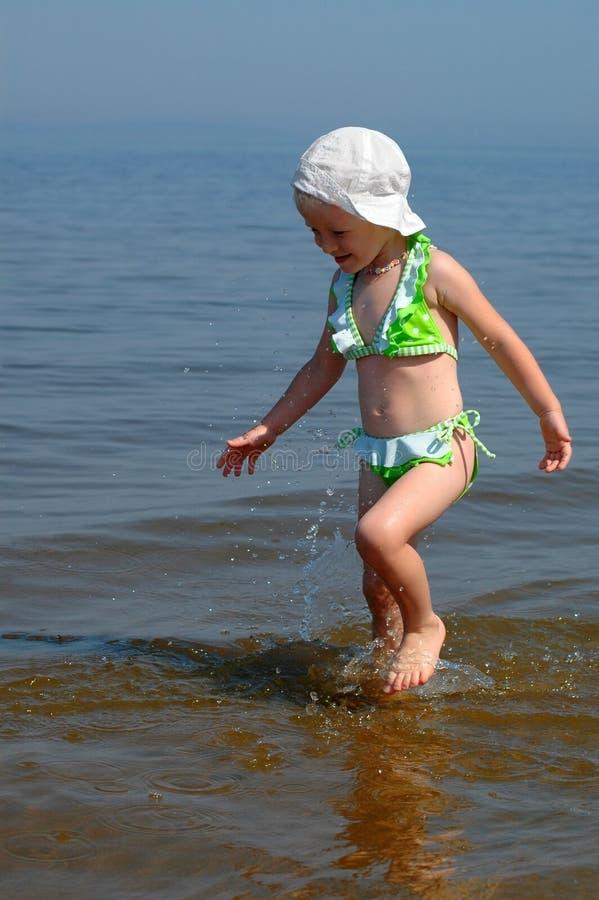 Le procès de petite fille va sur l'eau photographie stock