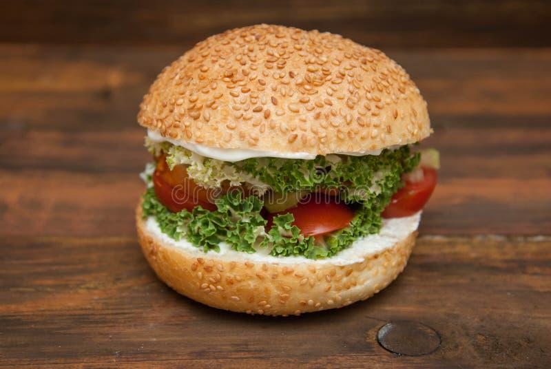 Le procédé de cuisson étape-par-étape de l'hamburger fait maison avec Letuce frais part, tranche de tomatoe, viande Nourriture sa photos stock